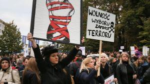 Aborttilakimielenosoitus Puolassa.