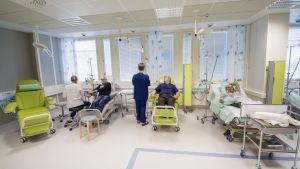Ihmisiä KYSin infuusiopoliklinikalla