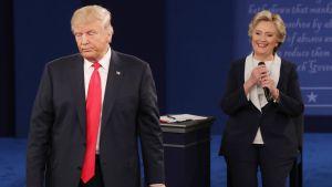 Donald Trump ja Hillary Clinton vaaliväittelyssä St. Louisissa, Missourissa 9. lokakuuta.