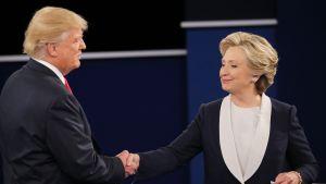 Donald Trump ja Hillary Clinton kättelivät vaaliväittelyn jälkeen St. Louisissa, Missourissa 9. lokakuuta.