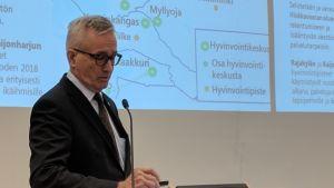 Kaupunginjohtaja Matti Pennanen selosti talousarvioesitystään Oulun kaupungintalon valtuustosalissa.