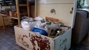 Jätteitä lajiteltuna kasseihin olohuoneen kirstussa