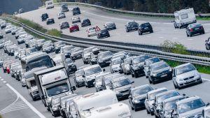 Lomailijat ruuhkauttavat Saksan moottoritien.