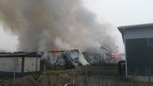Kompostointilaitos tulessa Mustankorkealla.