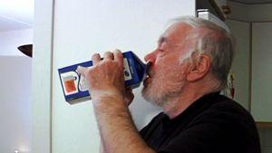 Lauri Sallmari juo maitoa purkista