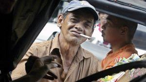 Filippiiniläinen tupakkakauppias.