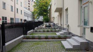Helsingin Kalliossa pienet katutason yksiöt saivat lisätilaa yksityispihoista.