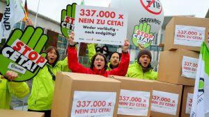 Saksalaismielenosoittajat pitävät CETA-kauppasopimusta vastustavia banderolleja.