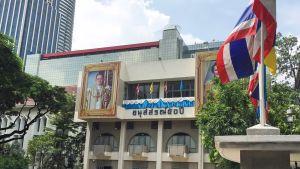 Kuninkaan kuva koulun julkisivulla.