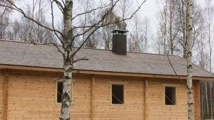 Uittokämppään tehtiin perinteiseen tyyliin pärekatto ja tuulettuva alapohja.
