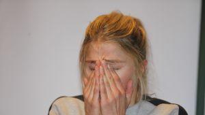 Therese Johaug itkee tiedotustilaisuudessa, jossa kerrotaan hänen positiivisesta dopingnäytteestään.