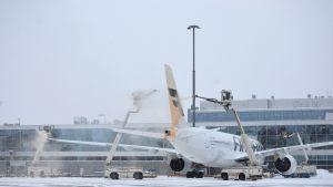 Lentokonetta suihkutetaan