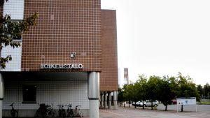 Oulun poliisi- ja oikeustalo ja sen pysäköintialue.