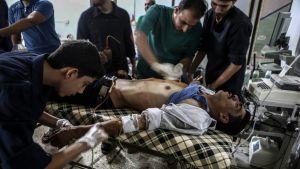 Ilmaiskussa haavoittunut sai apua Douman kaupungissa Syyriassa 12.10.2016.