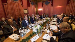 Yhdysvaltain, Venäjän ja useiden Syyrian naapurimaiden edustajat neuvottelivat tulitaukomahdollisuuksista Syyriaan. Ministerit pöydän ympärillä.
