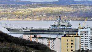Lentotukialus Admiral Kuznetsov kuvattuna Murmanskissa 14. lokakuuta.
