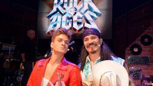 Mikael Saari ja Veeti Kallio poseeraavat kameralle Rock of Ages -musikaalin rooliasuissa.