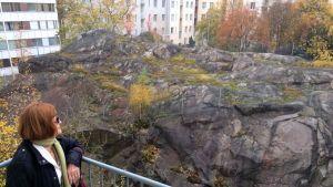 Sirkka-Liisa Lahtisen kotoa on suora näkymä kalliolle, jonka tilalle aiotaan rakentaa kerrostalo.
