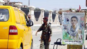 Huthi-sotilas tarkastaa autoa Jemenin pääkaupungissa Sanaassa.