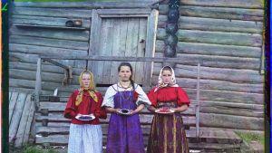Marjatytöt Sheksnajoen varrella vuonna 1909.