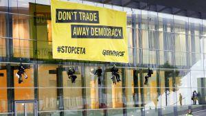 Greenpeace-aktivistit osoittivat mieltään Ceta-sopimusta vastaan Euroopan Unionin neuvoston rakennuksen edustalla Luxembourgissa 18. lokakuuta 2016.