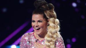 Saara Aalto kuvattuna esityksensä jälkeen X-Factor Live -finaaleissa 22. lokakuuta.