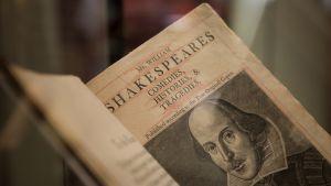 Ensi aukeama Shakespearen näytelmien kokoelmasta. Kuvituksena Shakespearen kasvot.