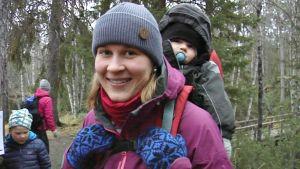 Seija Möttönen Oulangan kansallispuistossa lapsensa kanssa.