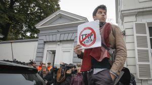CETA-kauppasopimusta vastustava mielenosoittaja Brysselissä 24. lokakuuta 2016.