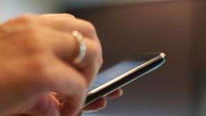kännykkä kädessä