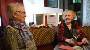 Tuija Herrala ja Terttu Pulkkinen istuvat Huviretki-ravintolassa lounaalla.