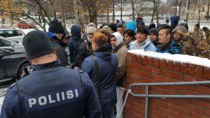 Turvapaikanhakijoita osoittamassa mieltään Kuopion poliisiasemalla