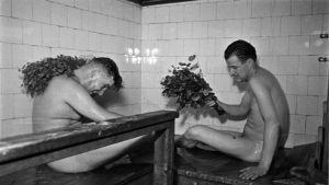 Saunomisen tunnelmaa Elannon saunassa Helsinginkadulla 1950-luvulla.