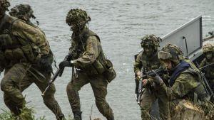 Maihinnousua suorittavia sotilaita.