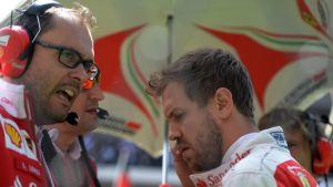 Sebastian Vettel varikolla.