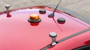 Tavallisen henkilöauton näköisen robottiauton tunnistaa katon monista antenneista.