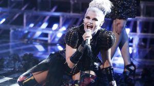 Saara Aalto esitti Lady Gagan kappaleen Bad Romance Ison-Britannian X-Factorissa 29. lokakuuta.