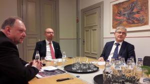 Kuvassa vasemmalla Jyväskylän ammattikorkeakoulun rehtori Jussi Halttunen, kaupunginjohtaja Timo Koivisto ja oikealla Jyväskylän yliopiston rehtori Matti Manninen.