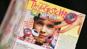 Tamagotchi-mainos 1990-luvun lelukatalogissa