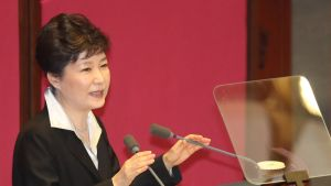 Presidentti seisoo puhujapöntössä Etelä-Korean kansalliskokouksessa. Taustalla punainen seinä.