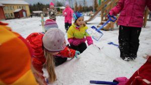 Lapset ovat ottaneet ilon irti ensilumesta Vantaan Kartanonkoskella.