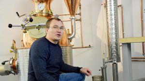 Moritz Wüstenberg tislaamossaan giniä valuttamassa.