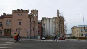 Vaasan Höyrymyllyn vanhat betoniset siilot