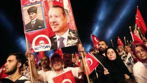 Innostunut mies ja juliste Erdoganista.