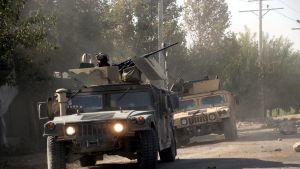 Afganistanin joukkoja panssariautoissa.