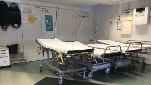 Kymenlaakson keskussairaalan päivystys ja tyhjät potilassängyt