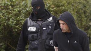 Ranskalaispoliisit ottivat kiinni baskien separatistijärjestön johtajan Mikel Irastorzan (oik.) lauantaina Ascainissa Etelä-Ranskassa.