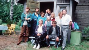 Metsolan perhe Leppävaaran tilan portailla vuonna 1993.