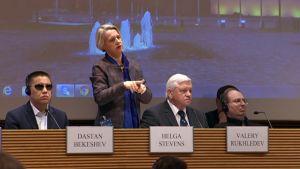 Euroopan parlamentin jäsen Helga Stevens (ECR) viittomassa seminaarissa.