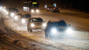 liikennettä mannerheimintiellä lumipyryssä